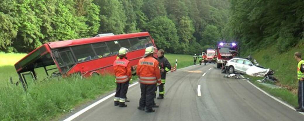 Erneut schwerer Unfall im Lkr. Hassberge - Auto kracht in Bus - Mann schwebt in Lebensgefahr